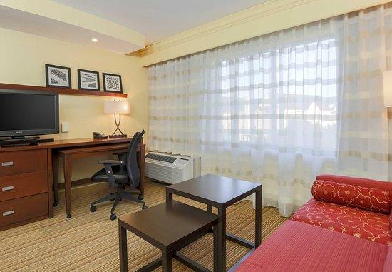Woodbridge, VA: King Guest Room Living Area
