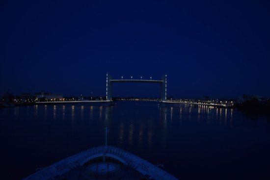 Le Pont Jacques Chaban Delmas : The lift bridge before dawn from the deck of our cruise ship.