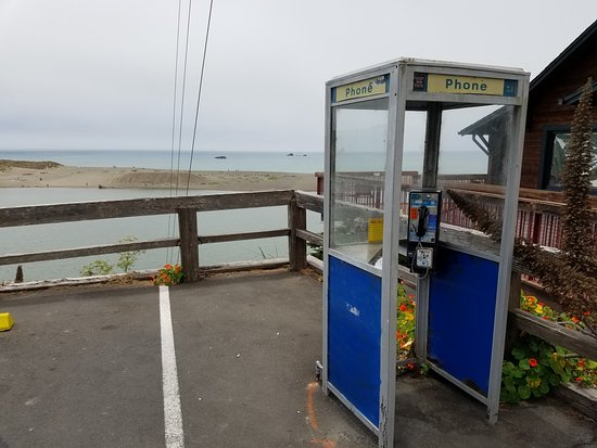 Jenner, Kalifornien: A working pay telephone. How Retro!