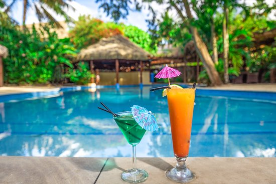 Aroa Beach, Cook Islands: Cocktails by the Pool