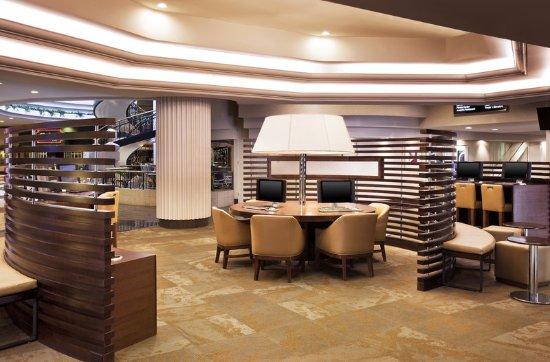 Sheraton Greensboro at Four Seasons: Lobby
