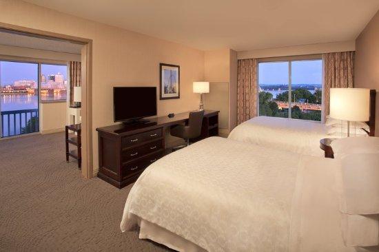 Jeffersonville, Ιντιάνα: Double Queen Suite Bedroom with View