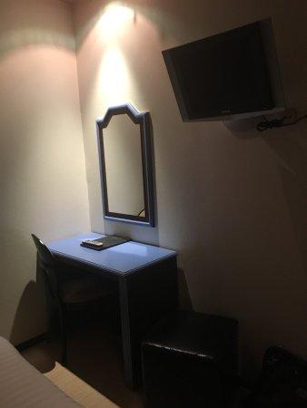 Anderlecht, Belgio: Un hotel vergognoso ! Stile hotel ad ore sporco , fatiscente, letto sfondato . Scappare