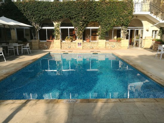 Xaghra, Malta: courtyard pool