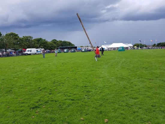 ‪‪Ceres‬, UK: Throwing the caber‬