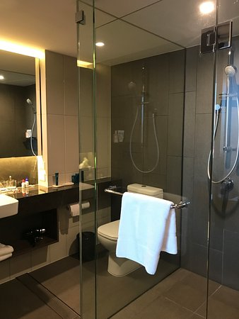 PARKROYAL Parramatta: shower area