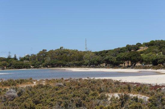 Rottnest Island, Australien: Hills by the township behind a salt lake