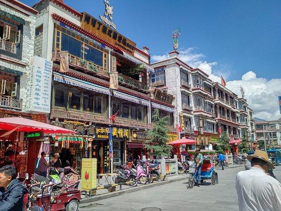 Guangchang Hotel : Pohľad po východe z hotela na hlavnú ulicu