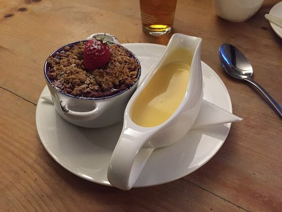 Painswick, UK: Berry crumble and creamy custard