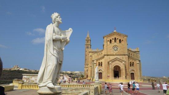 Gharb, Malta: king david statue and the basilica