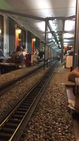 Vytopna Railway Restaurant - Vaclavske namesti : Vías al lado de la mesa