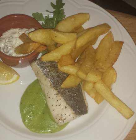 Stocksfield, UK: Grilled Hake with pea puree, homemade tartare sauce & hand-cut chips
