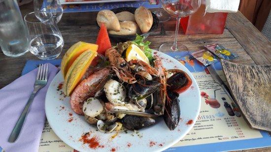 Riez, Francja: Assiettes du Pirate. Moules, couteaux, bulots, coquilles Saint-Jacques, palourdes, tartare de Do