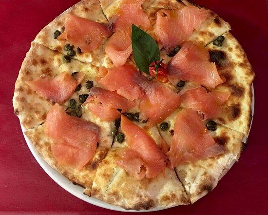 Pully, Ελβετία: Pizza au saumon fumé et câpres