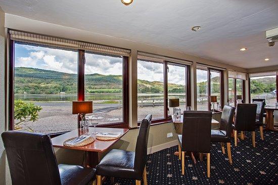 Tarbert, UK: Enjoy a meal overlooking the West Loch