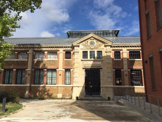 Ivry-sur-Seine, França: Entrée du Théâtre des Quartiers d'Ivry Ancien bâtiment réhabilité de l'ancienne Manufacture des