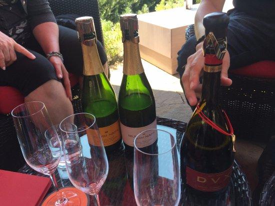 Rutherford, CA: mesa com vinhos