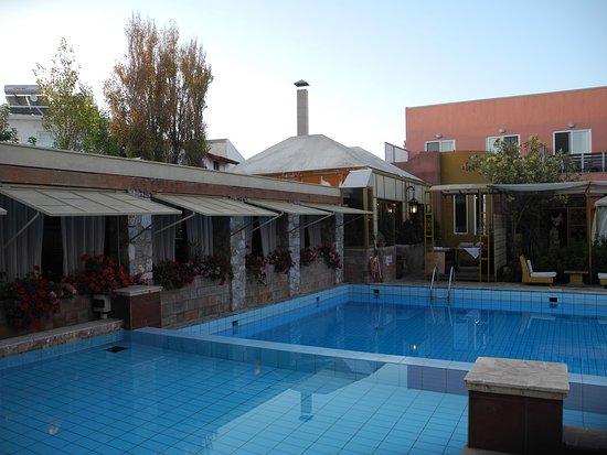 Orpheas Resort: Speisesaal mit Pool am Hauptgebäude.