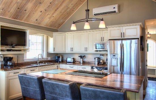 Stanley Bridge, Canada: Schooner's Deck - Kitchen with island
