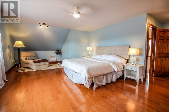 Stanley Bridge, Canada: Bumblebee House: Master Suite with walk in closet, private bathroom, private patio and reading n
