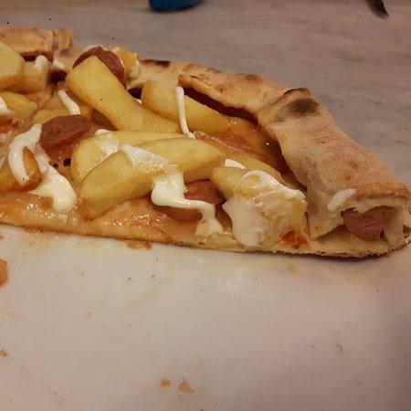 San Giovanni la Punta, Italy: Pizza con bordo ripieno