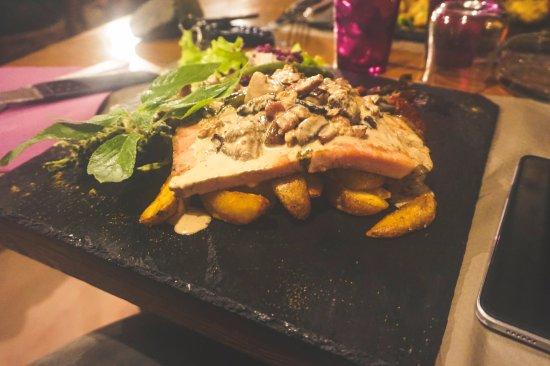 Figari, Frankreich: Jambon du pays avec pommes de terre et sauce aux champignons