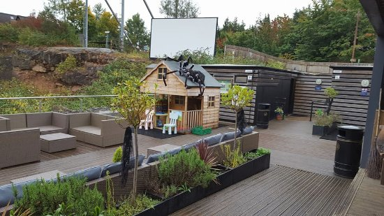 Chepstow, UK: outside cafe seating area/large screen viewing