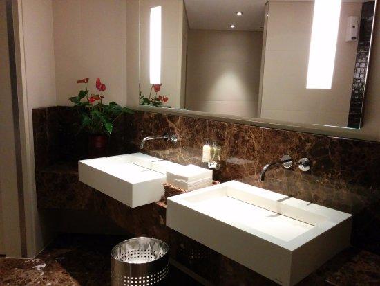 Grand Hotel Kempinski Geneva: Туалет в бизнес зале
