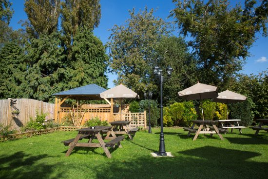 Cuckfield, UK: Beer Garden and Outside Bar