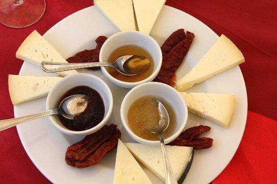 Ginestra Fiorentina, Ιταλία: Selezine di pecorini toscani con miele e marmellata