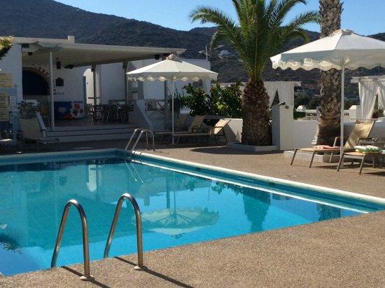 Milopotas, اليونان: Pool area with sunbeds