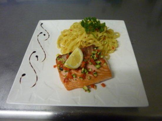 Noves, France: saumon sauce vierge