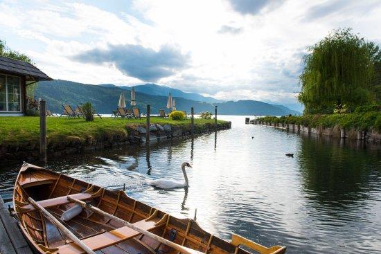"""Добриах, Австрия: Aussicht von der Seeterrasse mit Ruderboot """"Sissy"""""""