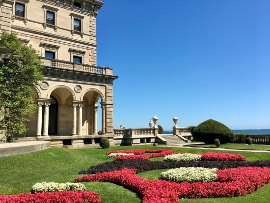 Newport Mansions: Side Garden at The Breakers