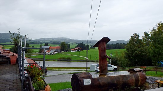 Hopferau, Alemania: У магазина сыров и ресторана