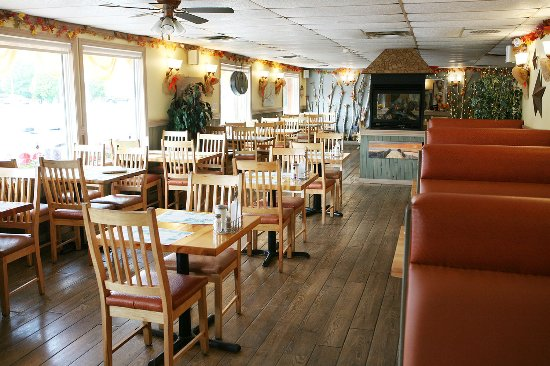 Port Elgin, Канада: Aunt Mabel's Newly Renovated Restaurant, with more booths for you to enjoy.