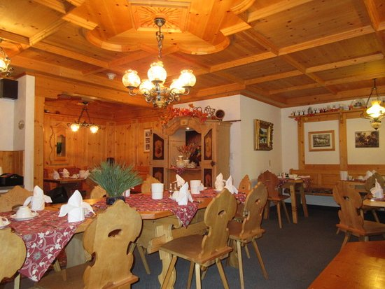 Hotel Pension Anna: The breakfast room where meat, cheeses, fresh rolls, juice and coffee are served.