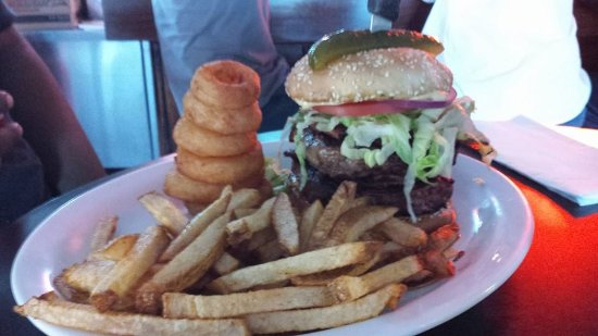 West Sacramento, Californië: Check out our Mombo burger