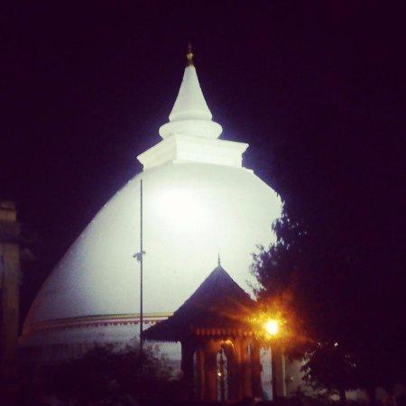 Kelaniya Raja Maha Vihara - at night