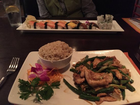 "Beverly, Массачусетс: Ginger scallion chicken (foreground) and ""cooked sushi"" in rectangular platter"