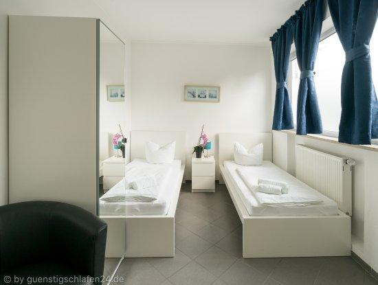 Guenstigschlafen24.de: Verdistr. 90 Zweibettzimmer mit WC/Dusche, Kabel TV, W-LAN