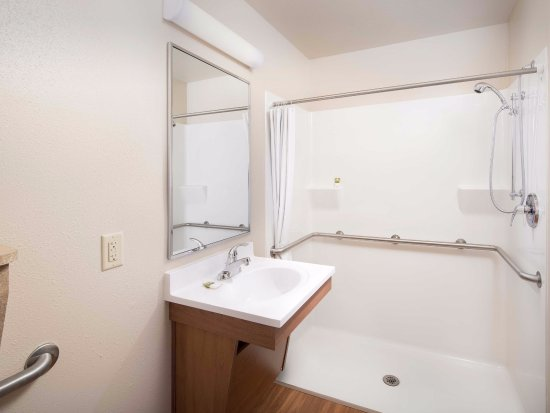 Wyoming, Мичиган: ADA Bathroom with Roll In Shower