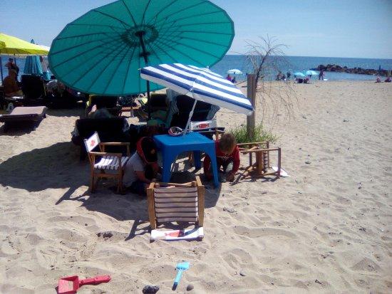 Frontignan, Frankrijk: Vue de la terrasse, mini table pour les enfants et la mer...