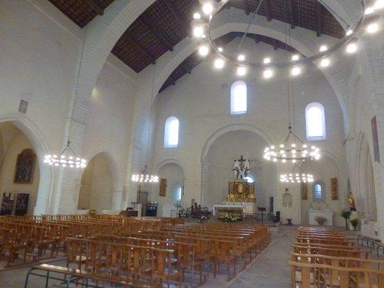 Bollene, France: L'intérieur sobre invite au recueillement