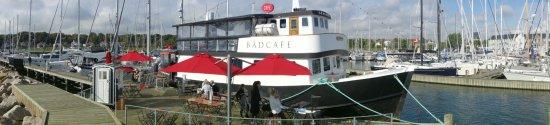 Husk at du skal helt ud til højre, for at komme ud til båden, ikke hen mod de andre spisesteder.