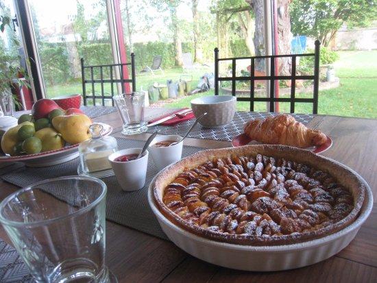 Charny-sur-Meuse, France : Petit déjeuner dans la véranda