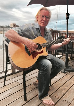 La Conner, WA: Mike Bucy sings on the patio