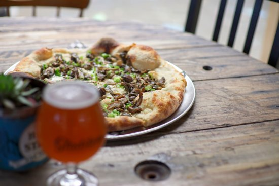 Courtenay, Canada: The attached Pizzeria Guerrilla makes Italian-style thin-crust pizza using local ingredients.