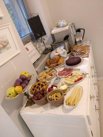 RossoSegnale Concept Art Gallery B&B: breakfast spread by Ena