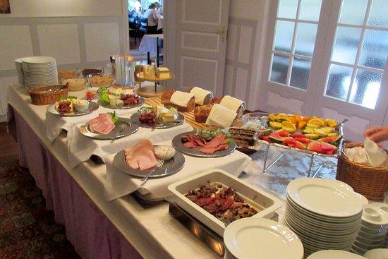 Fremragende morgenmadsbuffet - Billede af Hotel Ærøhus, Ærøskøbing - TripAdvisor